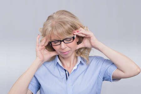 fearing: Businesswoman having headache