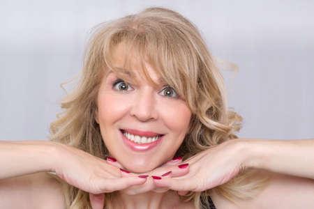 femme blonde: Mid portrait femme d'�ge de beaut� souriante