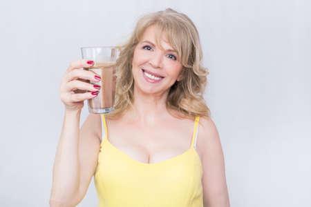 mooie vrouwen: Blonde vrouw die een glas koffie