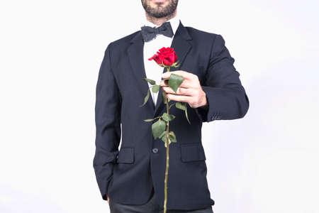 hombre rojo: Hombre en el juego que sostiene una rosa para San Valentín Foto de archivo