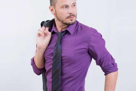morado: El hombre de negocios mirando hacia los lados en una camisa de color p�rpura