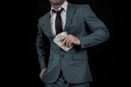 traje formal: Hombre que sostiene billetes de dólar