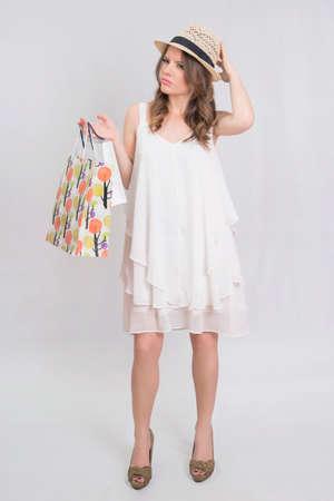 poses de modelos: linda chica despu�s de las compras, celebraci�n de las bolsas Foto de archivo