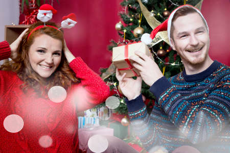 pelirrojas: Un par de pelirrojos en una v�spera de Navidad, sonriendo
