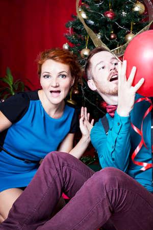 pelirrojas: pelirrojas felices que celebran la Navidad Foto de archivo