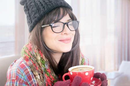 olfato: Hermosa morena goza del olor del café