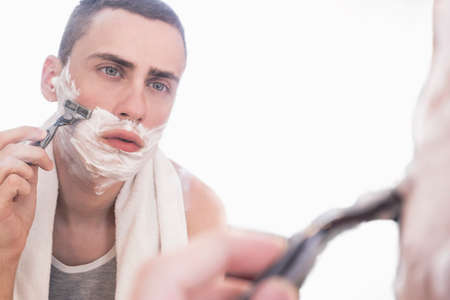 hombres guapos: hombre de afeitar en un espejo Foto de archivo
