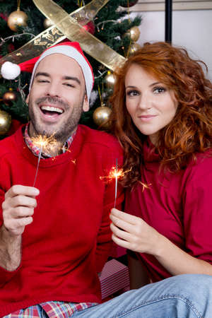 beso labios: Couple holding Christmas sparkles