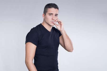 hombre fumando: Hombre de fumar un cigarrillo