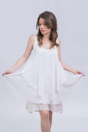 cuerpo femenino: Hermosa chica en el vestido blanco