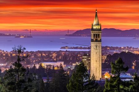 샌프란시스코: 샌프란시스코 베이와 종탑 극적인 석양 스톡 사진