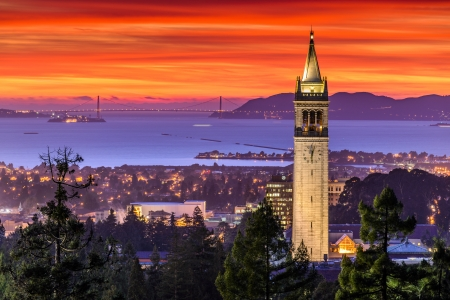 Dramatische Zonsondergang over San Francisco Bay en de Campanile Stockfoto
