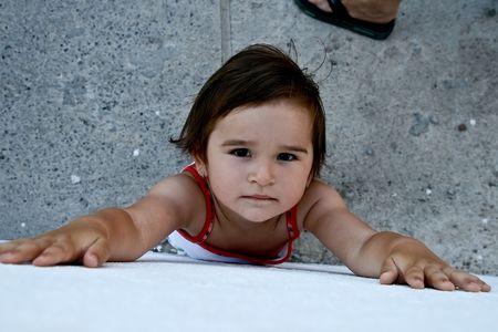 meine Tochter Tamara gegen die Wand