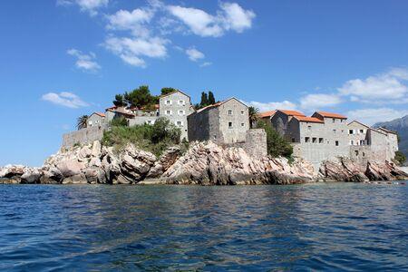 Dies ist ein Sveti Stefan, an der K�ste von Montenegro, Blick vom Meer.  Lizenzfreie Bilder