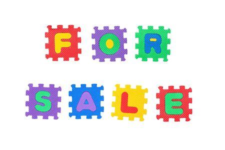 Meldung zum Verkauf, aus Buchstaben Puzzle, isolated on white Background. Lizenzfreie Bilder