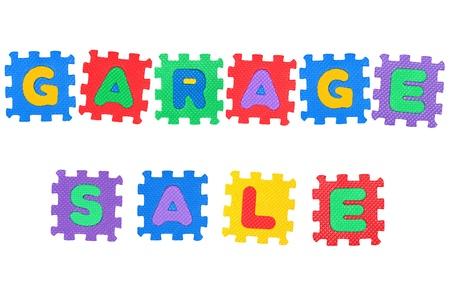 Nachricht Garage Sale, aus Buchstaben Puzzle, isolated on white Background.