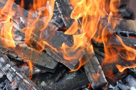 under fire: Fuego bajo mi grill, detalle el disparo, para algunos antecedentes de fuego agradable. Foto de archivo