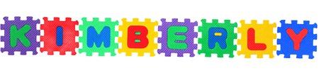 Der Name KIMBERLY Brief aus Puzzle, isoliert auf wei�em Hintergrund.