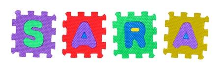 Der Name SARA aus Buchstaben Puzzle, isoliert auf wei�em Hintergrund.
