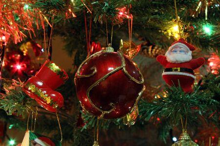 Nahaufnahme Weihnachtsbaum geschossen, mit bunten Lichtern.