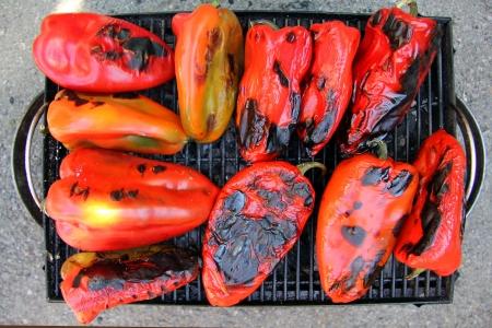 Red Peppers auf dem Grill, f�r einige Lebensmittel Hintergrund.