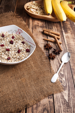 bannana: A porridge of oats with fruits on a wooden table