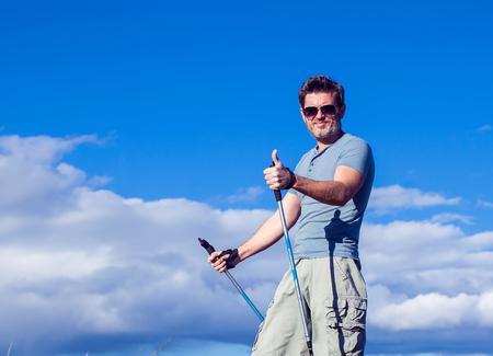 Nordic Walking, Bewegung, Sport, Abenteuer, Wanderkonzept - Menschenwandern in der Natur Standard-Bild