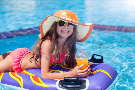 Kid meisje in het zwembad heeft plezier. Kinderen en zomerconcept