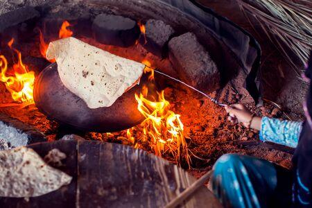 Arab woman makes bread in the beduin village in Egypt. Archivio Fotografico - 131196528
