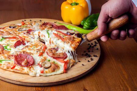 Sabrosa pizza de pepperoni con salami. Concepto de comida y cafetería