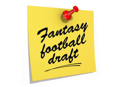ファンタジーフットボールのドラフトのテキストを白い背景に固定されたメモ