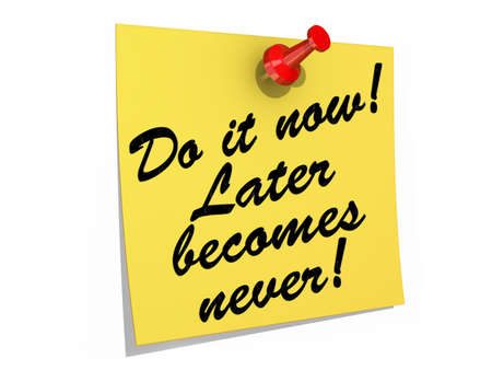 Een notitie vastgezet op een witte achtergrond met de tekst Do It Now Later Becomes Never Stockfoto