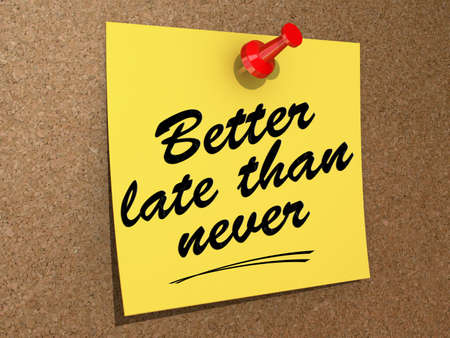 A note pinned to a cork board with the text Better Late Than Never. Zdjęcie Seryjne