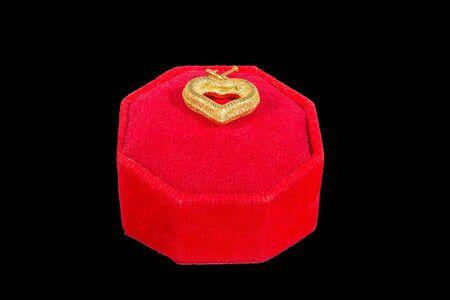 medaglione: a forma di cuore medaglione d'oro in stand isolato su nero