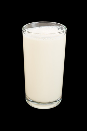 leche de soya: vaso de leche de soja aislada en negro