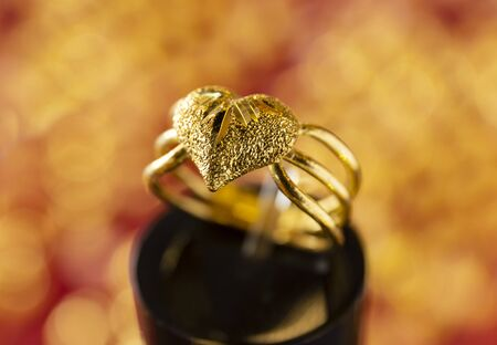 golden heart ring on ring stand with blur background Standard-Bild - 131703078