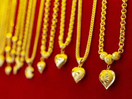 heart shape golden necklace Standard-Bild - 131703103