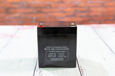 Vorderansicht der versiegelten wiederaufladbaren USV-Batterie Standard-Bild