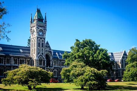 Universiteit van Otago - toren en tuin, Dunedin, Nieuw Zeeland