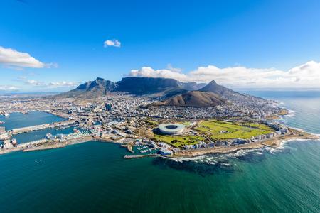 Luftaufnahme von Kapstadt, Südafrika an einem sonnigen Nachmittag. Foto von einem Hubschrauber während der Flugreise von Kapstadt Standard-Bild