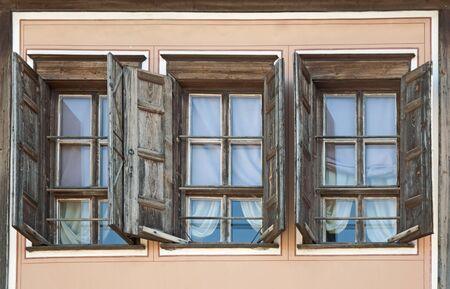 Drei alte Fenster
