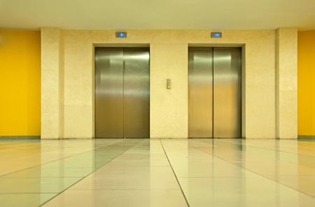 Twee liftdeuren in een luxe gebouw