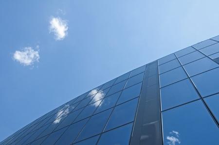 Kantoorgebouw op een achtergrond van de blauwe hemel