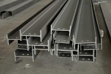 siderurgia: Pila de perfiles met�licos en plataforma Foto de archivo