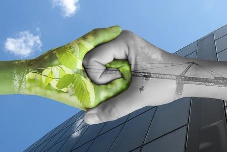 Zwei Hände Ökologie. Natur und Industrie zusammen