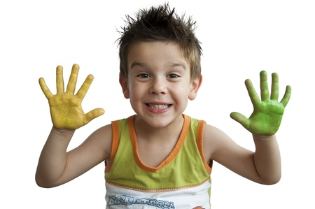 Kinderen gekleurde handen. Kleine jongen handen.White geïsoleerd Stockfoto