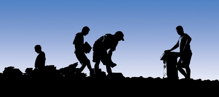 shingles: Trabajadores de la construcci�n puesto las tejas de un tejado. Siluetas