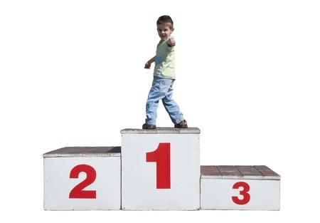 Kleiner Junge auf dem Podium. Erster Platz Standard-Bild