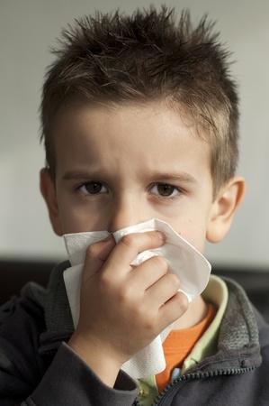 estornudo: Ni�o que sufre de un resfriado. Tos con un pa�uelo desechable