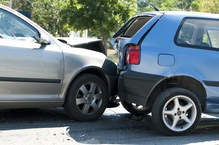 Dwa rozbitych samochodów z bliska